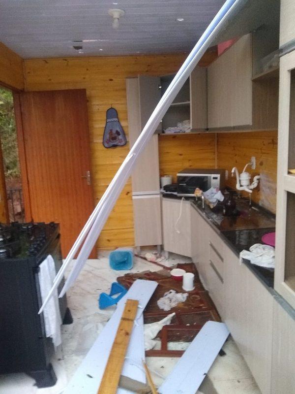 Casa em que vivem cinco pessoas ficou destruída – Foto: Cristiane Bello das Chagas/Divulgação