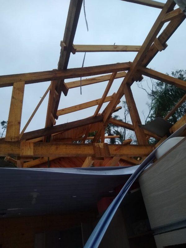 Tornado atingiu a casa de Cristiane que fica localizada no centro – Foto: Cristiane Bello das Chagas/Divulgação