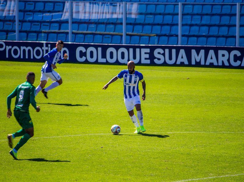Bruno Silva domina bola próximo do meio-campo em jogo na Ressadaca
