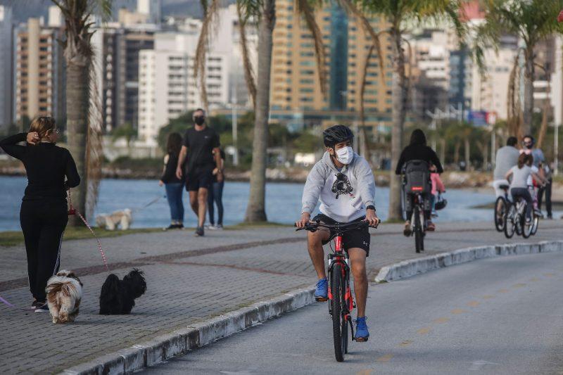 Pessoas e ciclistas na Beira-Mar Norte, em Florianópolis