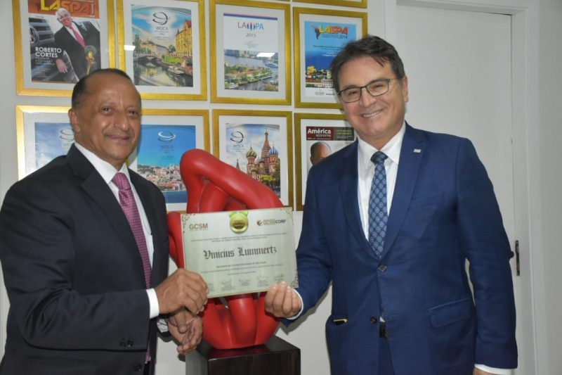 Agostinho Turbian, presidente do GCSM, organizador do Fórum Brasileiro de Turismo, e Vinicius Lummertz – Foto: Divulgação/ND