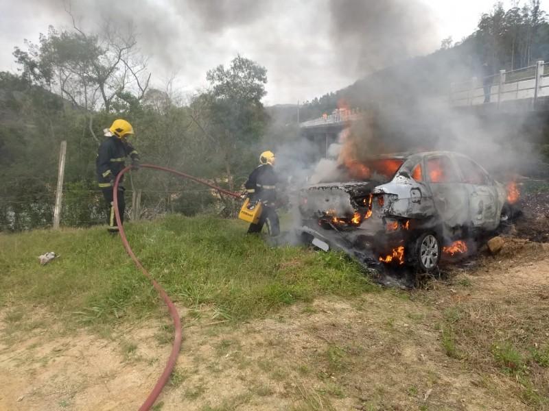 Veículo utilizado pelos assaltantes foi encontrado incendiado – Foto: Bombeiros/Divulgação