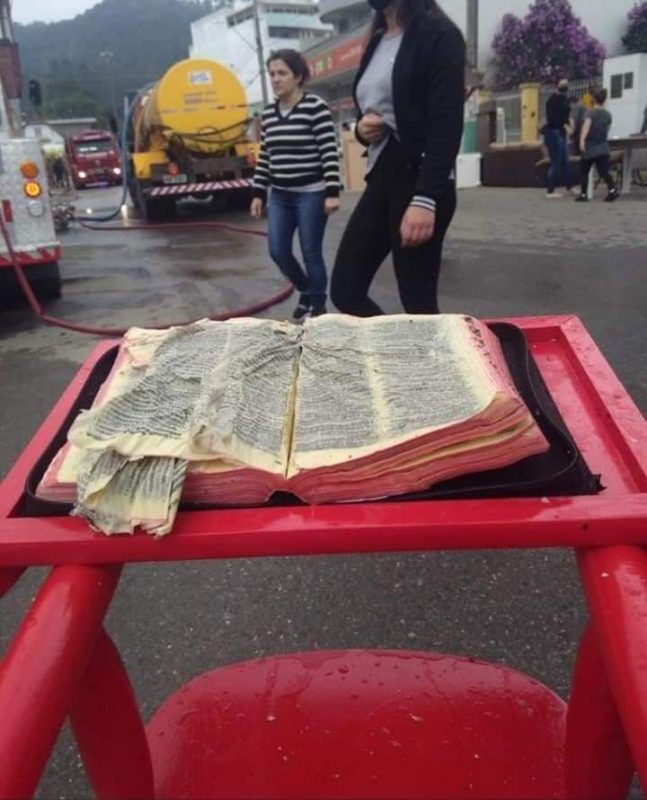 Galpão de cerca de 2 mil metros quadrados amanheceu em chamas na sexta-feira (31), mas bíblia foi encontrada praticamente intacta – Foto: Eliene Rossi/Reprodução