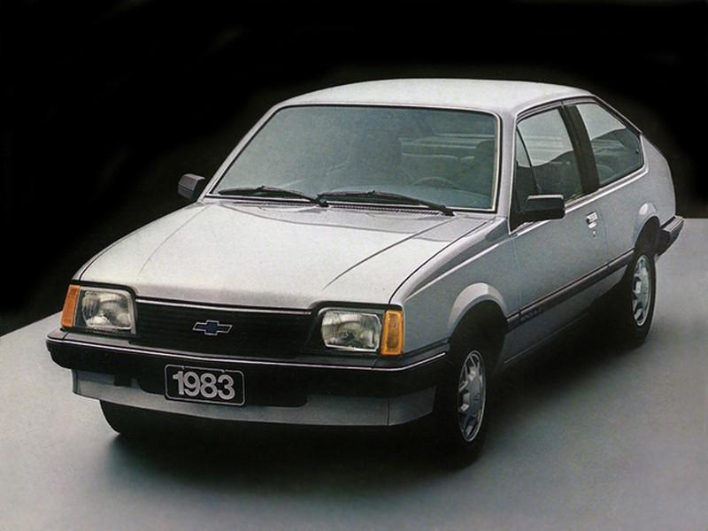 Chevrolet Monza (1982-1996 / 2019 - atual): derivado do Opel Ascona, o Monza foi lançado no Brasil em 1982. Saiu de linha em 1996 para dar lugar ao Vectra, que era mais moderno. Mesmo sem ter ligação com o carro original, o Monza ganhou uma edição moderna na China em 2019 - Foto: Divulgação/Chevrolet/Garagem 360/ND