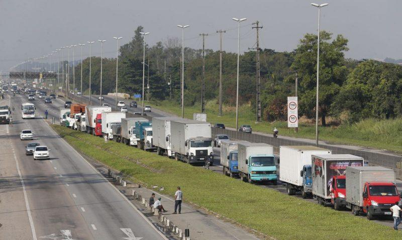 Paralização de caminhoneiros na Rodovia Presidente Dutra; novo manifesto, em protesto ao aumento do diesel, deve ser confirmado para o próximo dia 25. – Foto: Tânia Rêgo/Agência Brasil/ND