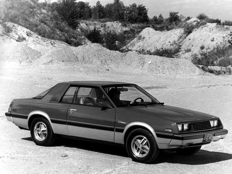 Dodge Challenger (1970-1974 / 1978-1983 / 2009 - atual): o muscle car teve três momentos distintos. Seu momento de glória foi durante sua primeira encarnação, entre 1970 e 1974. Ele voltou a ser fabricado após quatro anos, mas era um modelo completamente diferente, sendo uma versão Dodge do Mitsubishi Galant. Seu retorno triunfal foi em 2009, quando a geração atual foi lançada com visual inspirado no modelo dos anos 1970, trazendo o modelo de volta ao mercado - Foto: Divulgação/Dodge /Garagem 360/ND