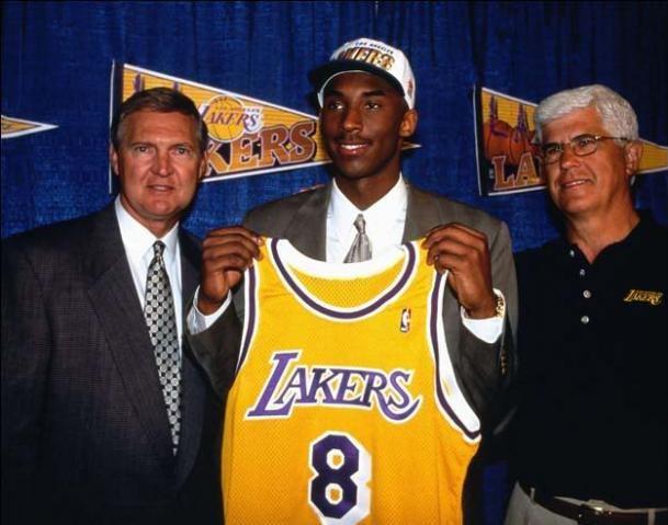 Kobe Bryant foi draftado em 1996 e sempre teve o sonho de ser um Laker, quando ainda arremessava bolinhas de papel e de meia em uma lixeira de seu quarto. No draft, uma troca de picks fez com que seu destino fosse, de fato, a franquia angelina, onde jogou durante toda a carreira e construiu uma história que inspira jovens atletas até hoje – Foto: NBA/Divulgação