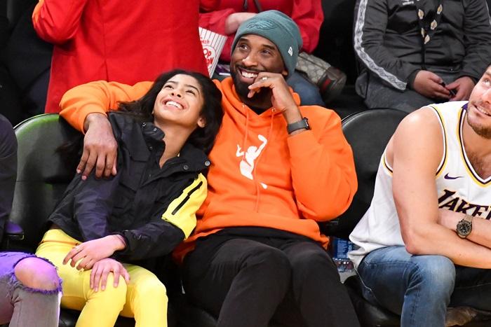 Kobe e Gigi eram vistos juntos em jogos frequentemente. A filha era, inclusive, sua sucessora no basquete. Com apenas 13 anos, Gigi já era treinada pelo pai e mostrava movimentos muito semelhantes ao de Black Mamba– Foto: Getty Images/ND