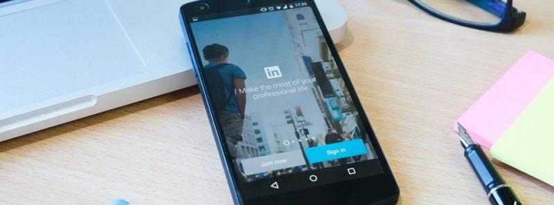 LinkedIn: o que você deve fazer para chamar atenção de usuários - Fundo foto criado por ijeab - br.freepik.com