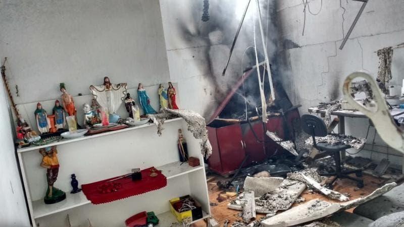 Imagens de santos também foram encontradas intactas no local do incêndio – Foto: Bombeiros Voluntários/Divulgação