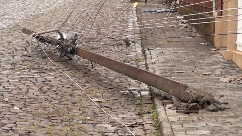 Diversos postes de energia ficaram caídos pelas ruas – Foto: Carlos Corrêa/Reprodução NDTV