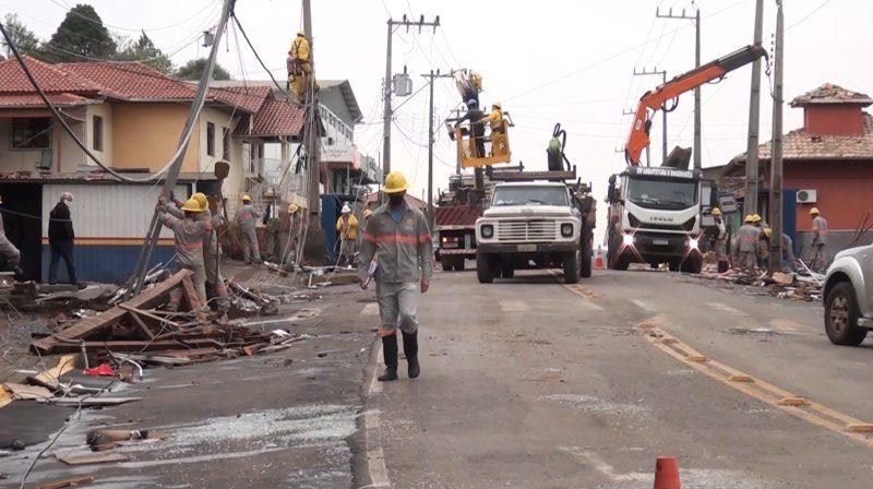 Equipe faz o reparo da rede de energia em Água Doce – Foto: Carlos Corrêa/Reprodução NDTV