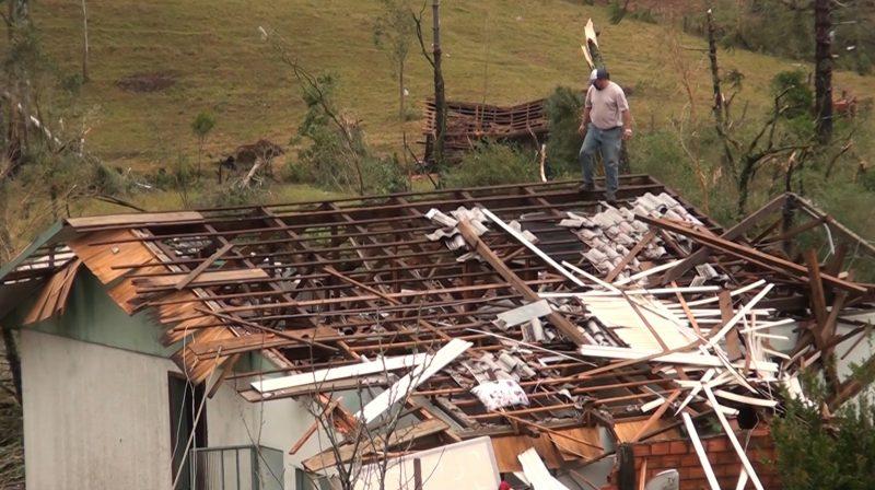 Telhados completamente destruídos pelo tornado – Foto: Carlos Corrêa/Reprodução NDTV