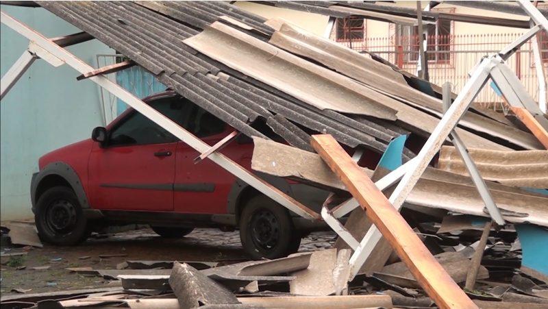 Telhados e carros danificados em Água Doce – Foto: Carlos Corrêa/Reprodução NDTV