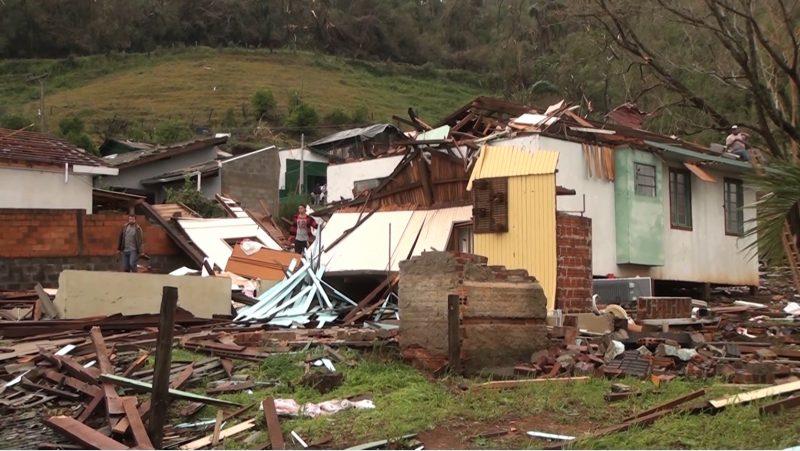 Casas totalmente destruídas pelo tornado – Foto: Carlos Corrêa/Reprodução NDTV