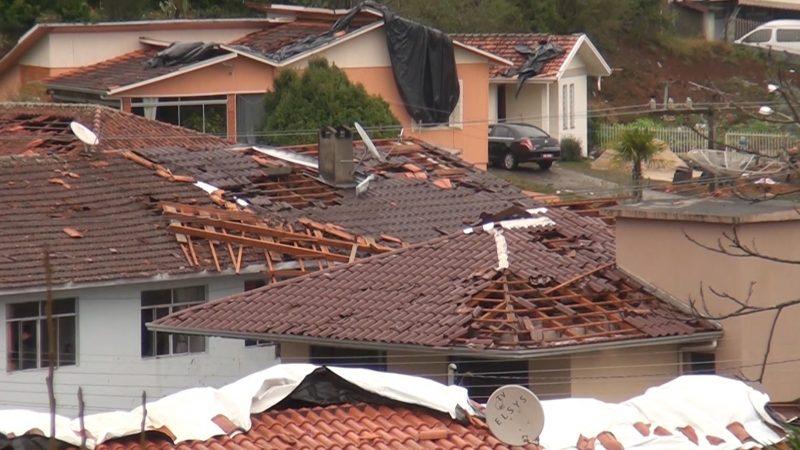 Telhados foram arrancados pelo tornado em Água Doce – Foto: Carlos Corrêa/Reprodução NDTV