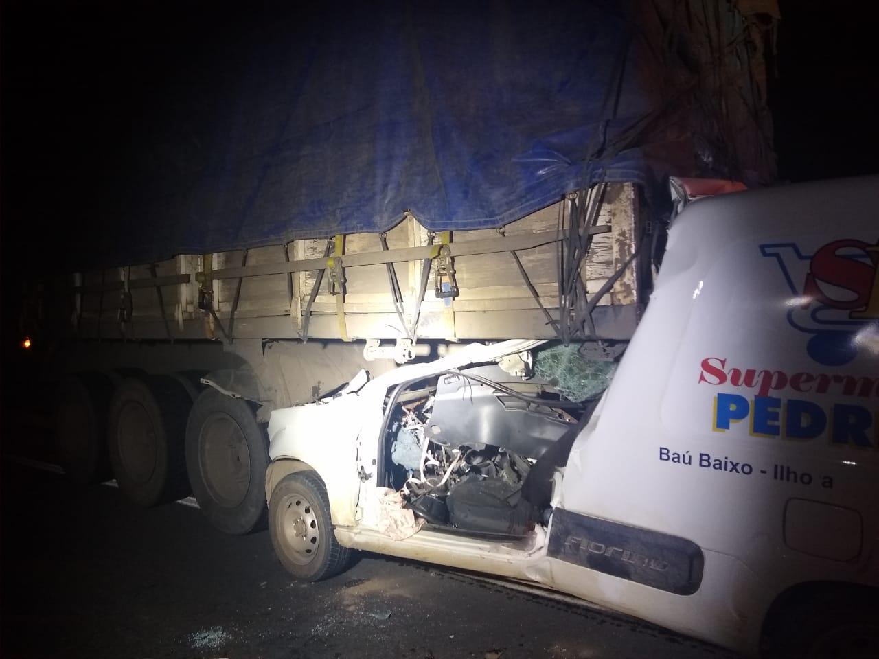 Carro para embaixo de caminhão e uma pessoa morre na BR-470, no Vale do Itajaí - Corpo de Bombeiros de Gaspar