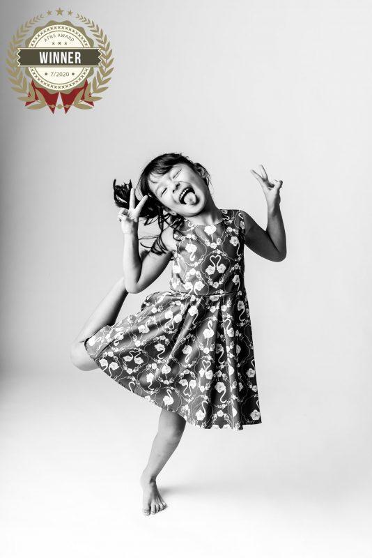 Outra foto premiada é a de Júlia, de 7 anos. O flagrante foi realizado em uma sessão de família. Ela estava super animada com a fotos, brincando e dançando bastante. Para a fotógrafa, é essencial transmitir essa alegria na foto. Por isso, os profissionais sempre incentivam brincadeiras, pedem para cantar, dançar, pular. O resultado não poderia ser outro, fotos lindas com pura alegria. Andreia conta, ainda, que decidiu deixar no preto e branco para dar mais contraste e destacar suas emoções.- Foto: Andreia Isleb/ND