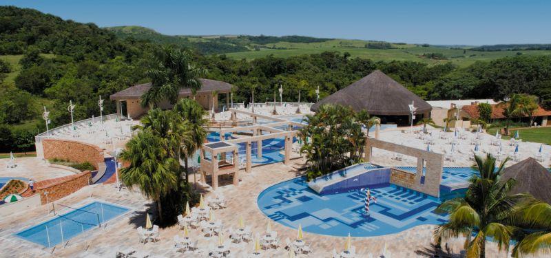 Localizado na cidade de Cornélio Procópio (PR), a 55 km de Londrina, o Aguativa Golf Resort conta com um complexo aquático abastecido por fontes minerais, 11 piscinas e sete banheiras de hidromassagem - Divulgação - Divulgação/Rota de Férias/ND