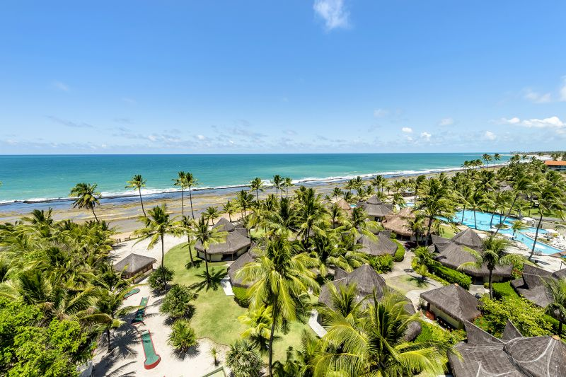 De frente para as piscinas naturais da Praia de Muro Alto, em Ipojuca (PE), o Summerville é cercado por paisagens verdes da Mata Atlântica. O hotél conta com uma piscina de 2.300 metros quadrados equipada com um toboágua que garante a diversão dos pequenos - Divulgação - Divulgação/Rota de Férias/ND