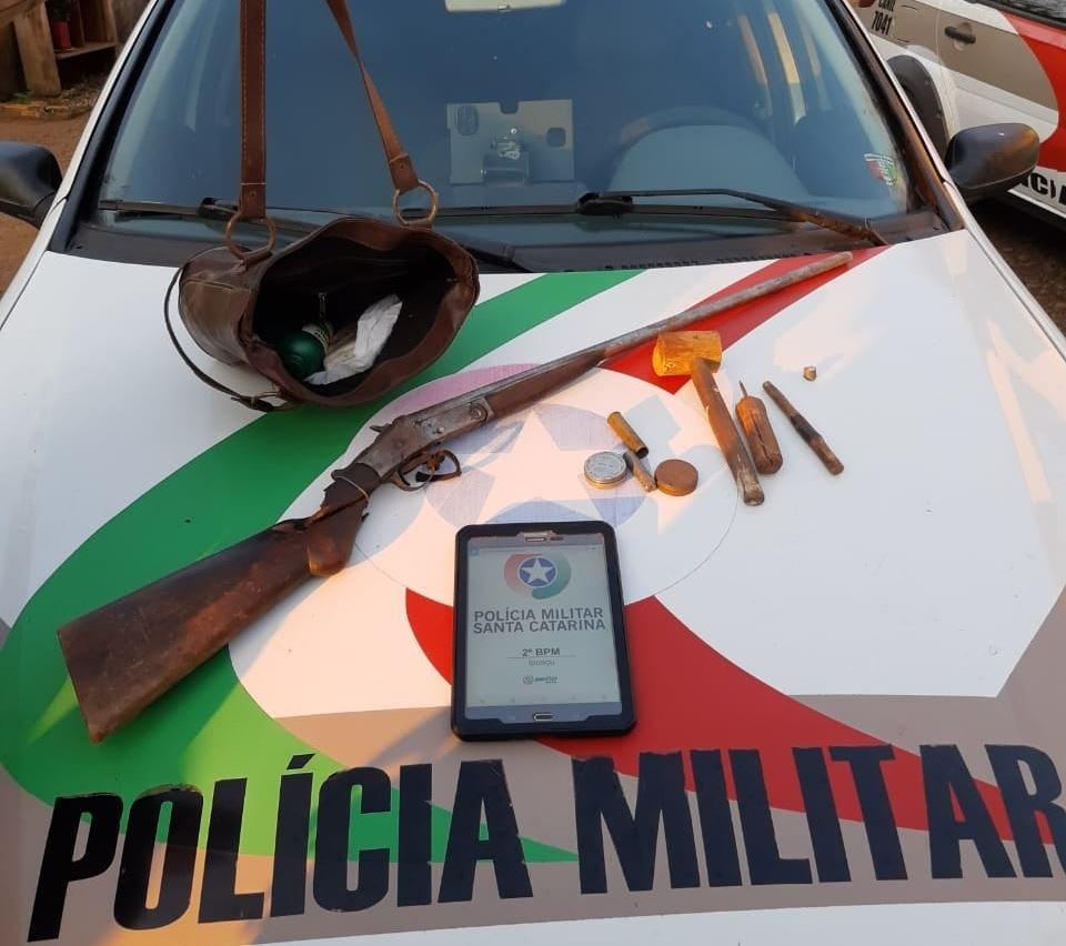 A arma foi localizada ainda no dia 28 de agosto pela Polícia Militar durante buscas na residência próximo de onde o corpo foi encontrado - PM de Xanxerê/ND