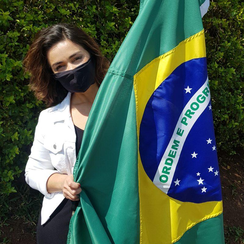 Fabiana Nascimento, apresentadora do BG+ de Chapecó, com a bandeira do Brasil. – Foto: Reprodução/ND