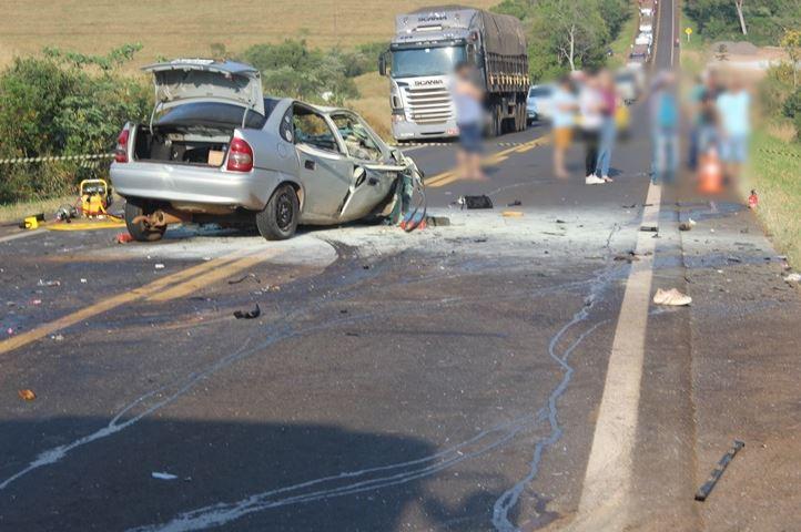 Carro pegou fogo após batida de frente contra uma camionete - Solange Maciel/PPNews/ND