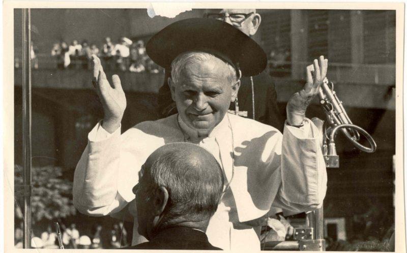 """A visita do papa João Paulo II ao Rio Grande do Sul, em 1980. O evento também foi registrado por Mafalda. Durante aqueles anos pairava uma crença que a TV """"roubaria"""" o espaço da fotografia. """"Mas foi o contrário, a fotografia cada vez mais se firmou. Grandes fotógrafos, como Jorge Araujo, Walter Firmo e Sebastião Salgado despontavam e integravam os jornais"""". – Foto: Antonio Carlos Mafalda/Divulgação/ND"""