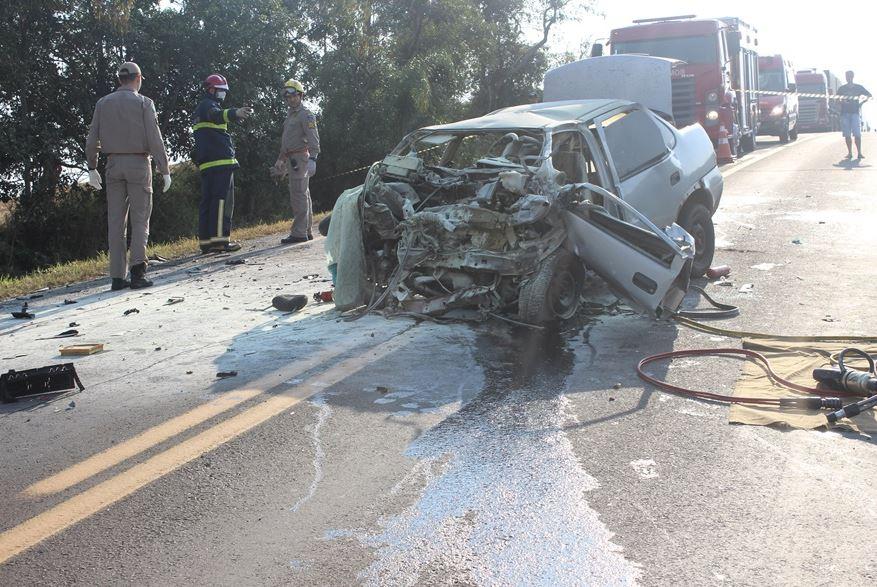 Um dos homens ocupantes do Corsa foi ejetado e parou embaixo da camionete - Solange Maciel/PPNews/ND
