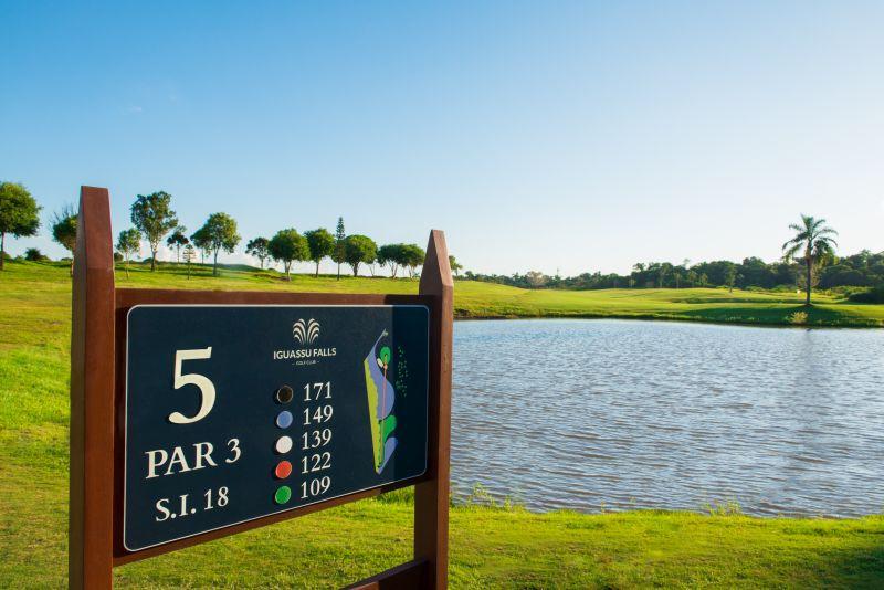 Destaque para o belo campo de golfe de 18 buracos, que está entre os melhores do País. Até quem não tem experiência pode se divertir bastante por lá com o auxílio de professores - Divulgação - Divulgação/Rota de Férias/ND