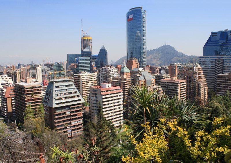 """Em quinto aparece Santiago, no Chile. O portal aponta a cidade como """"grande, moderna, liberal, além de oferecer excelentes oportunidades de desenvolvimento pessoal e profissional, mas também é um ótimo lugar para se divertir"""" – Foto: Robert Cutts/Reprodução/Flickr</dd><dd>"""