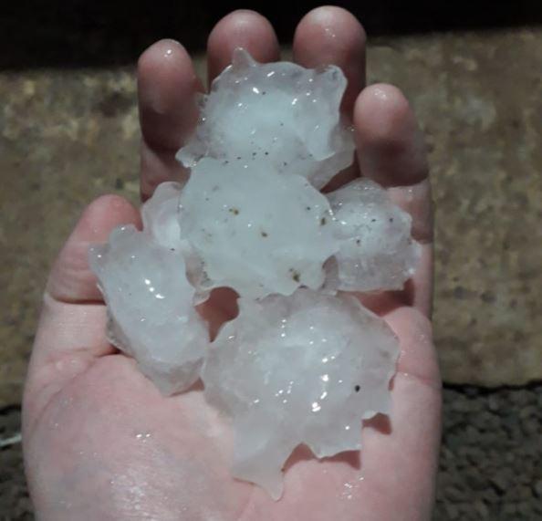 Moradores registraram o tamanho das pedras de gelo que caíram em São Miguel do Oeste - Wh Comunicações
