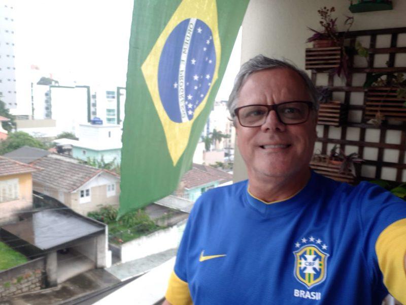 Dorian, do Estreito, demonstrou o patriotismo exibindo a bandeira em casa – Foto: Reprodução/Arquivo pessoal/Dorian da Silva Rosa