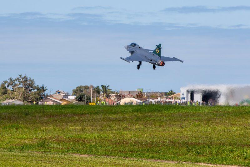 Aeronave descolou às 14h04, nesta quinta-feira (24), do aeroporto de Navegantes para SP – Foto: Saab do Brasil