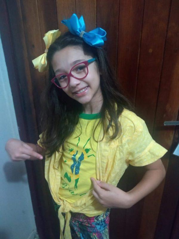A pequena Elizia exibe com orgulho as cores da bandeira do Brasil. – Foto: Reprodução/Arquivo pessoal