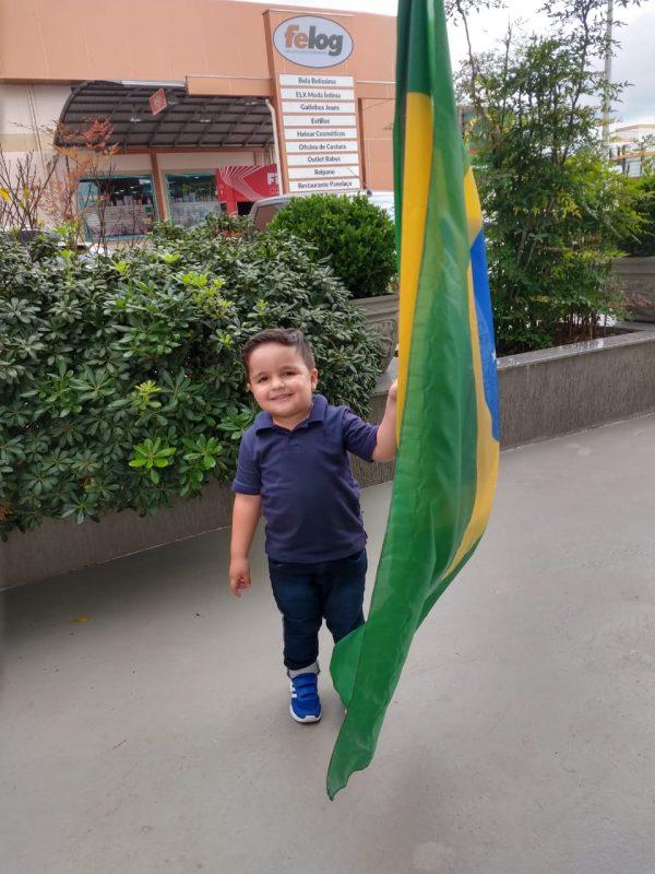 O pequeno Enzo Gabriel com a bandeira brasileira, celebrando a Independência do Brasil – Foto: Arquivo pessoal/Sabrina Duarte