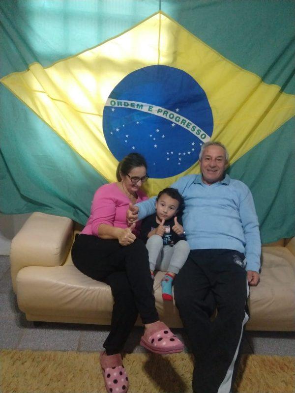 Lorenzo com os avós, Humberto e Lourdes, comemorando o feriado. – Foto: Reprodução/Arquivo pessoal