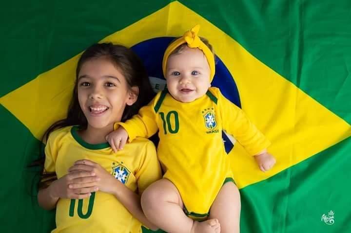 As pequenas Maria Fernanda e Maria Eduarda comemorando o feriado de 7 de setembro. – Foto: Reprodução/Arquivo pessoal