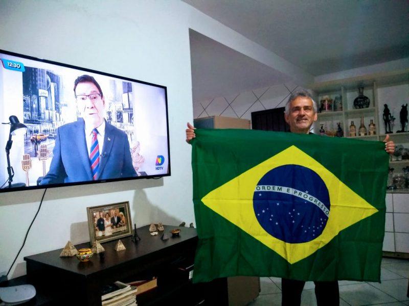 Pedro, morador da Ponta do Papagaio, acompanhando a programação da NDTV e celebrando o Dia da Independência. – Foto: Reprodução/Arquivo pessoal