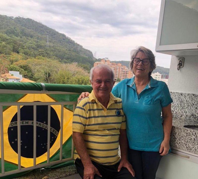Vanderlei e Lurdinha colocaram a bandeira na sacada de casa, no bairro Itacorubi, para celebrar o Sete de Setembro. – Foto: Reprodução/Arquivo pessoal
