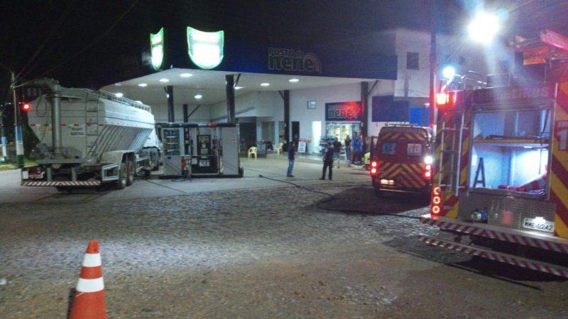 Por volta das 19h15 de segunda-feira (31), um caminhão derrubou uma bomba de combustíveis em um estabelecimento comercial às margens da Avenida Gustavo Fetter, em Iporã do Oeste, no Oeste de Santa Catarina.