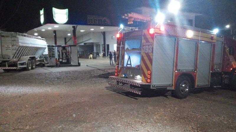 Testemunhas contaram que o caminhão disparou após o motorista desembarcar do veículo para ir até o caixa do estabelecimento. O local foi isolado pelos bombeiros para o controle do risco de explosão. – Foto: Bombeiros/ND