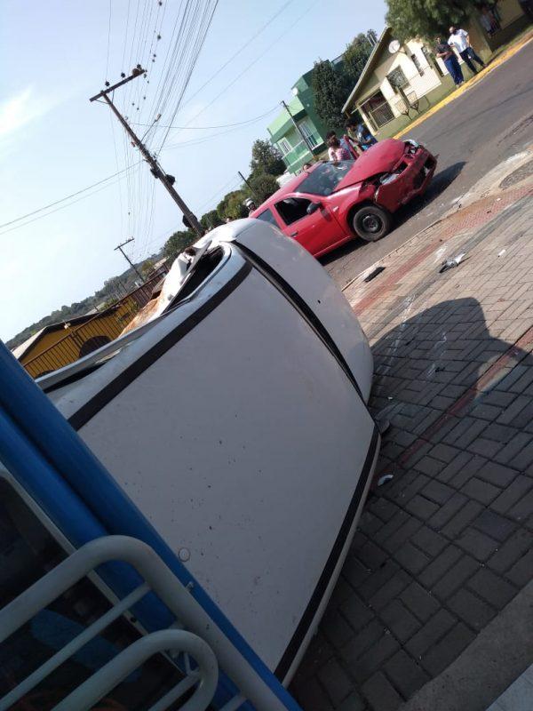 A reportagem apurou que com a batida envolveu um Sandero e um Celta, que chegou a tombar e parou na entrada de um supermercado. Apesar dos danos, ninguém se feriu, segundo a Polícia Militar. – Reprodução/ND