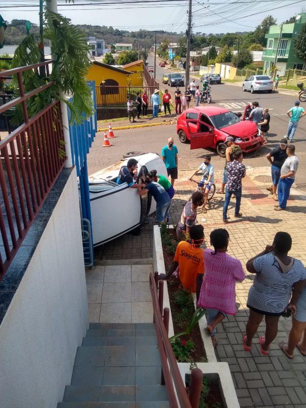 No fim da manhã desta terça-feira (1º), uma batida entre dois automóveis foi registrada no cruzamento entre as ruas Quilombo e Palmitos, no Loteamento Colatto, em Chapecó, no Oeste do Estado. – Reprodução/ND