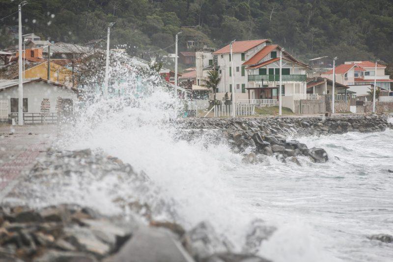 Há risco de ressacas, no início desta semana, em Santa Catarina