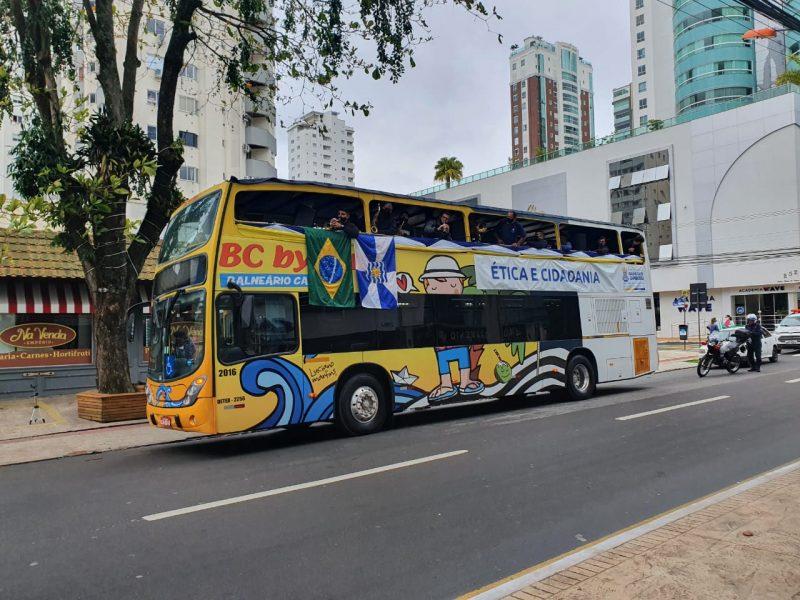 A carreata em Balneário Camboriú foi em um ônibus aberto, embalado pelo hino nacional, tocado ao vivo por uma banda. – Foto: Marcelo Nunes/NDTV Record