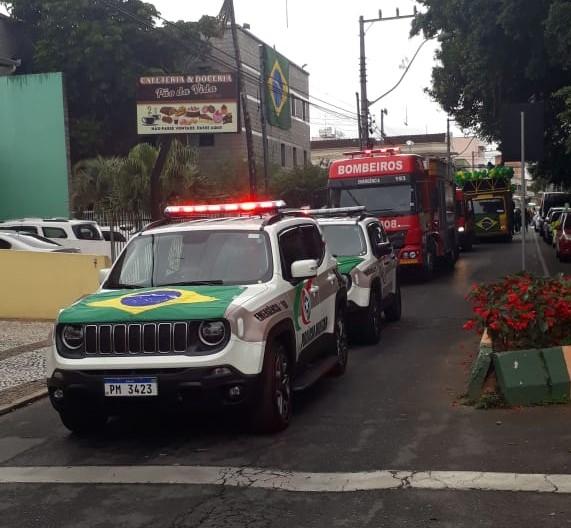 Para celebrar o feriado da Independência do Brasil, até as viaturas da PM personalizaram o capô com a bandeira nacional – Foto: Prefeitura de Camboriú