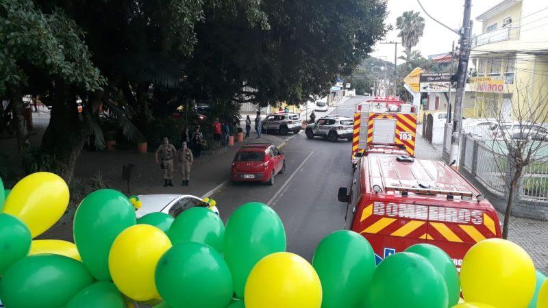 Em Camboriú foi realizada uma carreata com o auxílio de carros da Prefeitura, Polícia Militar e Bombeiros. Quase todos enfeitados com balões verdes e amarelos – Foto: Prefeitura de Camboriú
