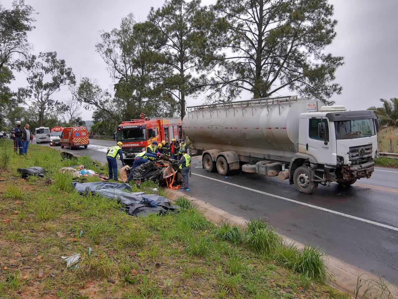 Caminhão e carro colidiram no Km 153 da BR-470 - Corpo de Bombeiros de Rio do Sul