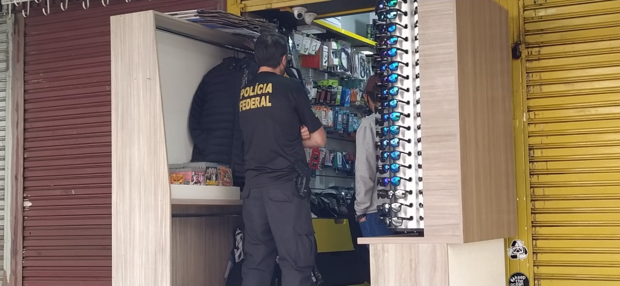 Nesta manhã de quarta-feira (9) a Polícia Federal esteve no camelô. no Centro da cidade - Felipe Kreusch/ND